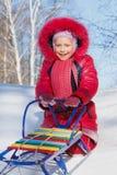 Vrolijk kind op een slee Stock Afbeeldingen