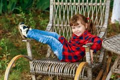 Vrolijk kind op vakantie in de tuin royalty-vrije stock fotografie