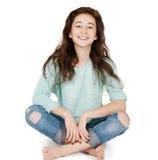 Vrolijk leuk tienermeisje 17-18 die jaar, op een witte backgro wordt geïsoleerd Stock Foto's