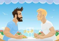 Vrolijk mannelijk paar die spaghetti in restaurant eten door overzees Knappe mensen in liefde die lunch met wijn hebben Homoseksu Stock Foto