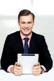 Vrolijk mannelijk uitvoerend holdings digitaal apparaat royalty-vrije stock foto's