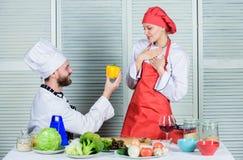 Vrolijk me Het op dieet zijn en vitamine culinaire keuken Familie het koken in keuken man en vrouwenchef-kok in restaurant gelukk stock foto's
