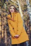Vrolijk meisje in bos royalty-vrije stock afbeelding