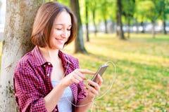 Vrolijk meisje die de telefoon uitnodigen openlucht stock afbeeldingen