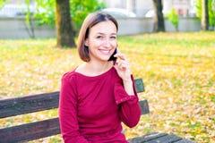Vrolijk meisje die de telefoon uitnodigen openlucht royalty-vrije stock afbeeldingen