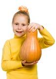 Vrolijk meisje die een pompoen houden Stock Foto's
