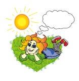 Vrolijk meisje die op het gras in de zon liggen Royalty-vrije Stock Afbeeldingen