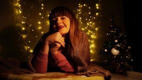 Vrolijk meisje die pret op nieuwe jaarvooravond hebben royalty-vrije stock afbeeldingen
