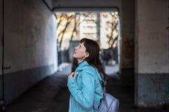 Vrolijk meisje in een matroos onder vuile oude stadsmuren royalty-vrije stock foto
