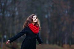 Vrolijk meisje in een park stock foto