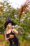 Vrolijk meisje in heksenkostuum met bezemsteel Royalty-vrije Stock Fotografie