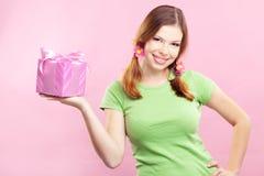 Vrolijk meisje met gift Stock Foto's