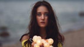 Vrolijk meisje met slingers Stock Foto