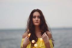 Vrolijk meisje met slingers stock fotografie