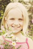 Vrolijk meisje met wilde de zomerbloemen Royalty-vrije Stock Afbeeldingen