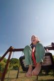 Vrolijk meisje omhoog hoog op de schommeling Royalty-vrije Stock Foto's