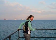 Vrolijk meisje op een overzeese pijler stock fotografie
