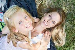 Vrolijk meisje samen met de moeder royalty-vrije stock foto's