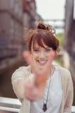 Vrolijk Mooi Dameshowing peace hand Teken Stock Afbeeldingen