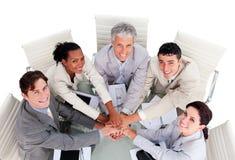 Vrolijk multi-etnisch commercieel team in een vergadering royalty-vrije stock afbeeldingen
