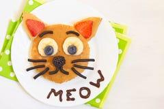 Vrolijk ontbijt - de kat zegt miauwpannekoeken Stock Fotografie
