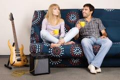 Vrolijk paar dat thuis rust Stock Foto's