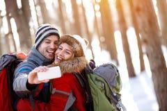 Vrolijk paar die de winter maken selfie Stock Fotografie