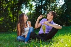 Vrolijk paar die en rond in een de zomerpark flirten fooling royalty-vrije stock afbeelding