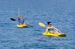 Vrolijk paar die in kajak in het Ionische Overzees paddelen stock foto