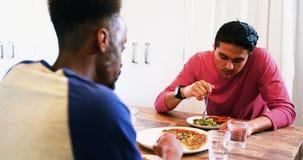 Vrolijk paar die met elkaar interactie aangaan terwijl het hebben van maaltijd stock footage