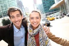 Vrolijk paar die pret in New York hebben stock foto
