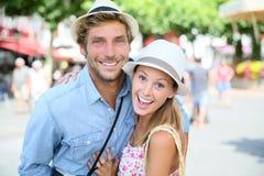 Vrolijk paar die pret in stad hebben royalty-vrije stock foto
