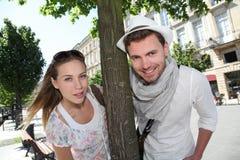 Vrolijk paar die pret in stad hebben stock afbeelding