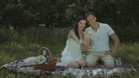 Vrolijk paar die selfie na overeenkomstenvoorstel nemen stock video