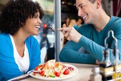 Vrolijk paar in restaurant royalty-vrije stock afbeeldingen