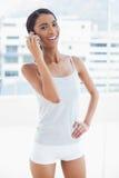 Vrolijk sportief model op de telefoon Stock Foto