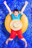 Vrolijk weinig jongen die zijn de zomervakantie vieren stock afbeeldingen