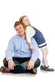 Vrolijk weinig zuster die met zijn ouder spelen Stock Foto's