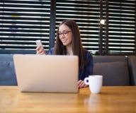 Vrolijk wijfje die freelancer videovraag op celtelefoon hebben Royalty-vrije Stock Foto's