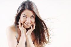 Vrolijke aantrekkelijke mooie vrouw met zuivere huid en sterk hij Stock Fotografie