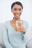 Vrolijke aantrekkelijke vrouw die witte wijn drinken Stock Fotografie