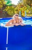 Vrolijke actieve moeder en dochter in zwembad royalty-vrije stock fotografie
