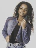 Vrolijke Afrikaanse Amerikaanse tiener in denim stock foto