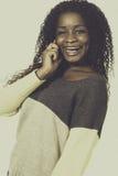 Vrolijke Afrikaanse Amerikaanse tiener in verbindingsdraad op de telefoon Royalty-vrije Stock Afbeelding