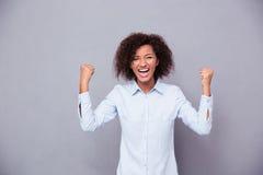 Vrolijke afro Amerikaanse onderneemster die haar succes vieren Stock Afbeelding