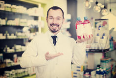 Vrolijke apotheker die nuttige drug voorstellen royalty-vrije stock foto's