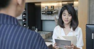 Vrolijke arbeiders die klanten in de winkel van de stadskoffie dienen stock video