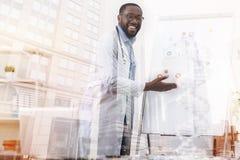 Vrolijke arts die over biotechnologie spreken royalty-vrije stock afbeelding