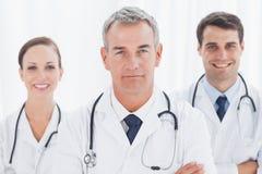 Vrolijke artsen die de kruising van samen wapens stellen Stock Foto's