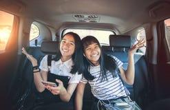 Vrolijke Aziatische de emotiezitting van het tienergeluk in passagier c stock fotografie